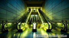 商场乘扶手电梯时必须注意的安全问题