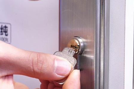 钥匙断在锁孔怎么取出